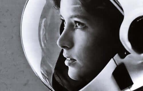 Donna con un casco da astronauta