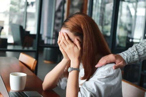 Donna che piange in ufficcio
