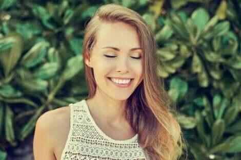 Ragazza che sorride a occhi chiusi
