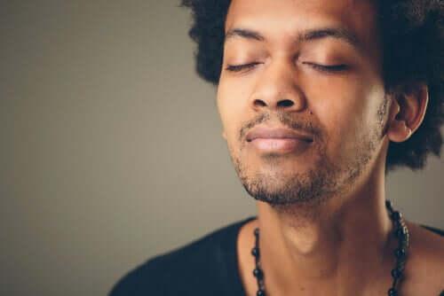 Ragazzo medita a occhi chiusi