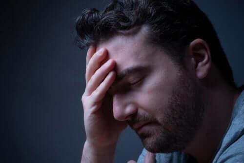 Uomo stanco con difficoltà a conciliare il sonno