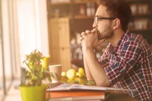 Uomo pensieroso seduto a tavola