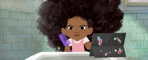 Protagonista di Hair love che guarda tutorial per pettinarsi i capelli