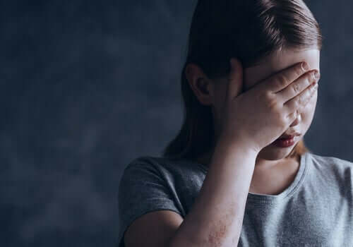 Bambina triste che piange