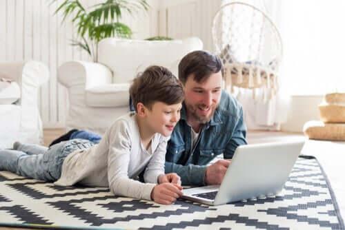 Padre e figlio al computer