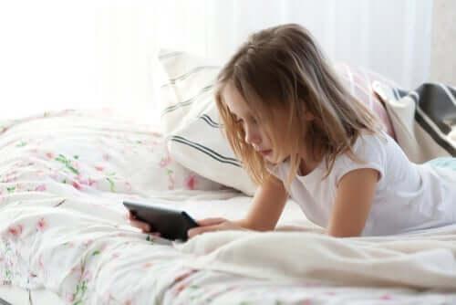 Bambina che gioca con il cellulare