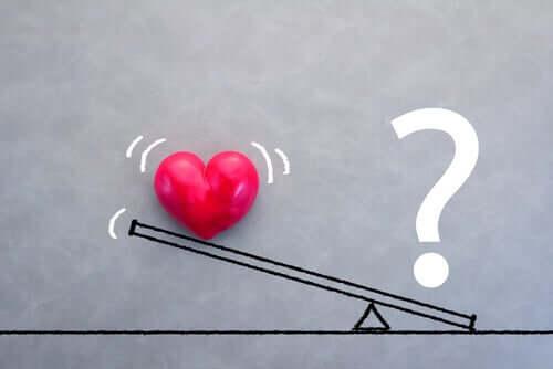 Bilancia tra cuore e punto interrogativo