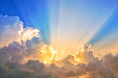 Luce solare tra le nuvole