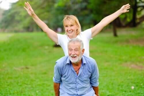 Coppia di anziani che si divertono in un parco