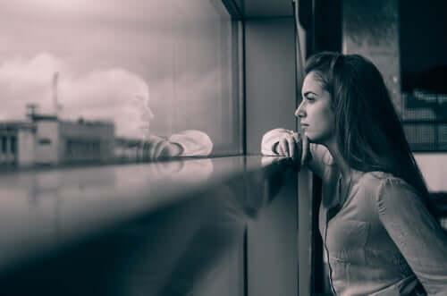 Donna che guarda la città dalla finestra