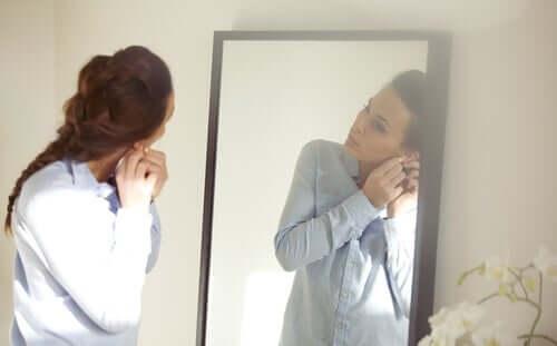 Donna che si prepara davanti allo specchio