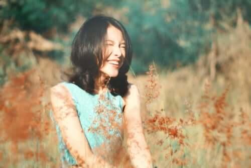 Donna che ride in mezzo alla natura