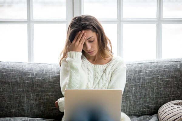 Paura di perdere il lavoro, donna preoccupata