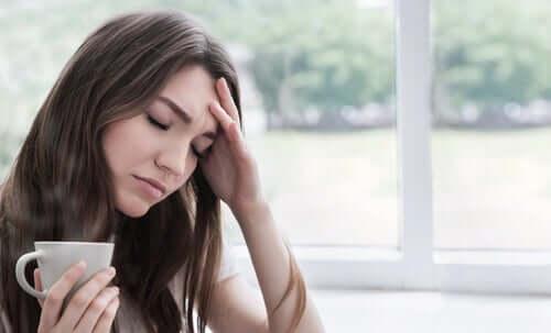 Donna preoccupata durante il confinamento