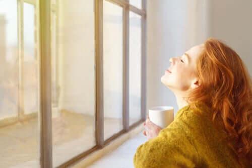 Ragazza sorridente davanti alla finestra