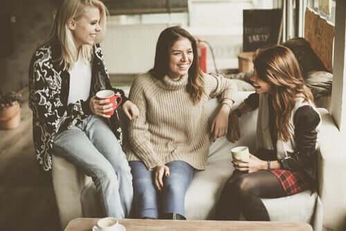 Gruppo di amiche che ridono