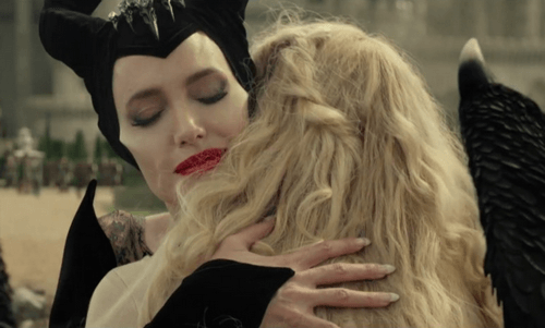 Scena film Maleficent abbraccio con Aurora