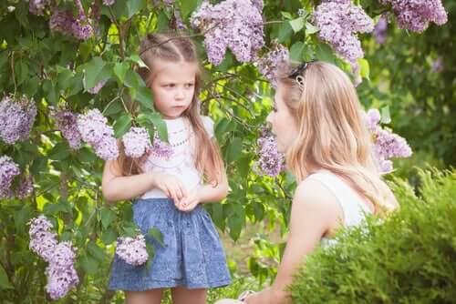 Bambina arrabbiata che parla con la mamma