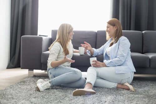 Madre e figlia che parlano e sorridono