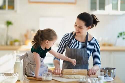 Mamma e figlia che cucinano insieme