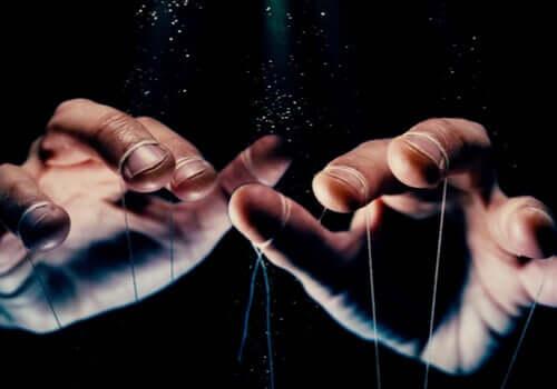 Mani con fili delle marionette