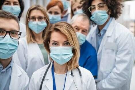 Gruppo di medici con le mascherine