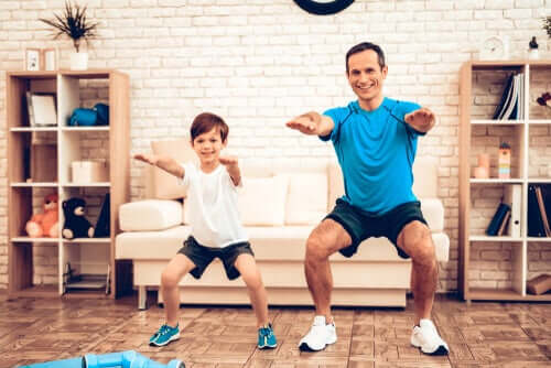 Padre e figlio che fanno sport in casa