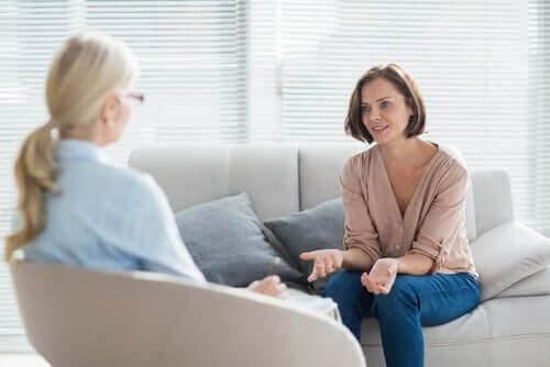 Donna che parla con una psicologa terapia
