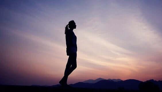 Donna che riflette in mezzo alla natura