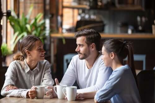 Gruppo di amici che parlano in una caffetteria