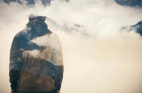 Uomo in mezzo alle nuvole