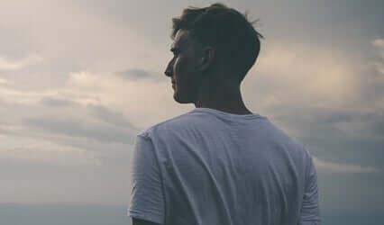Uomo che guarda il cielo
