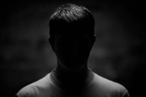 Uomo con viso al buio
