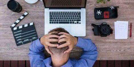 Uomo con stress da lavoro