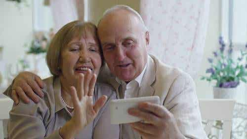 Rapporto a distanza con i nonni, ci riabbracceremo