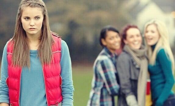 Adolescente emarginata dal gruppo