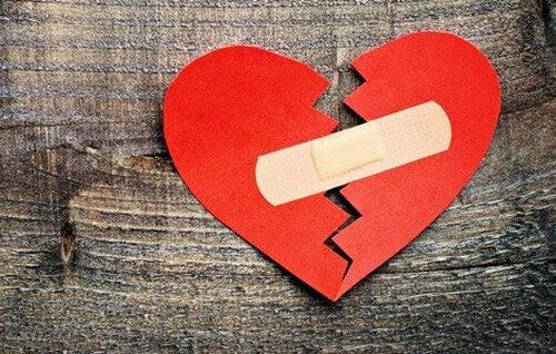 Aggiustare gli altri cuore spezzato con cerotto