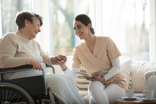 Assistenza ad anziani con la terapia di validazione