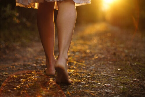 Donna che cammina scalza nella natura
