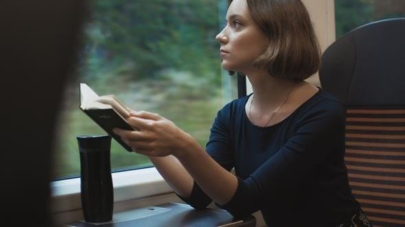 Leggere durante un viaggio in treno
