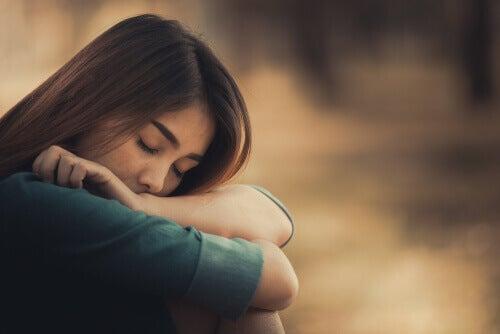 Essere soli, donna con gli occhi chiusi