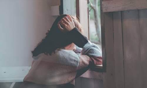 """le persone """"spugne emotive"""", donna triste alla finestra"""