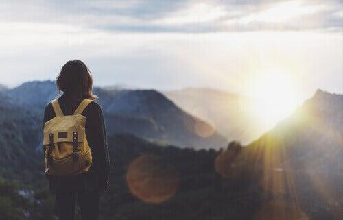 Donna con lo zaino in montagna