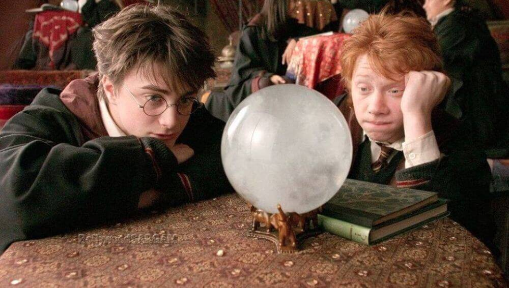 Harry Potter e Ron Weasley davanti a sfera di cristallo