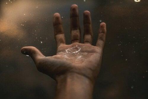 Goccia di pioggia sulla mano