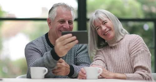 Nonno e nonna videochiamata nipoti