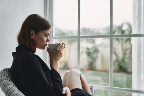 Quarantena, ragazza pensierosa seduta davanti alla finestra