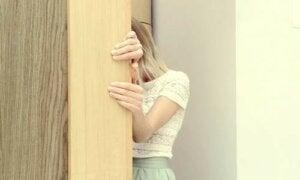 Ragazza con sindrome della capanna si afferra alla porta
