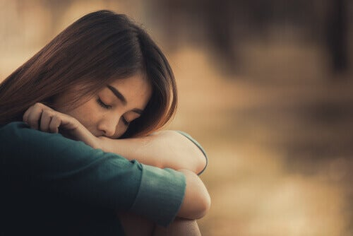 Ragazza triste con occhi chiusi