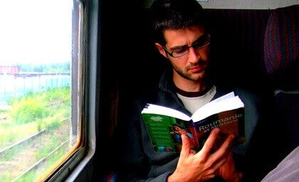 Ragazzo che legge sul treno